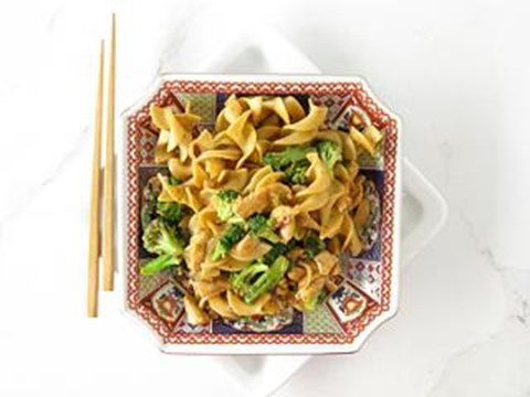 Whole wheat noodles with chicken and broccoli