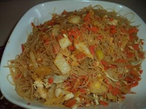 Thai noodles with chicken and vegetables